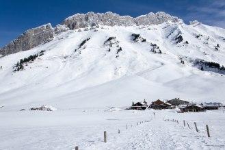 Widok wstecz szlaku na Adroit des Aravis, w stronę szczytu Pointe des Aravis (2325 m) i Aiguille de Borderan (2492 m) oraz Porte des Aravis.
