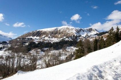 Obieram kierunek na miasteczko le Bouchet i dojeżdżam do miejsca zwanego les Dzeures. Powyższe zdjęcie przedstawia pasmo górskie Sulens (zbocze wschodnie) z owego miejsca.