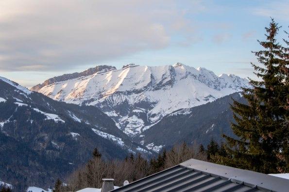 Widok na przełęcz Aravis , w stronę szczytu Pointe des Aravis (2325 m) i Aiguille de Borderan (2492 m) oraz Porte des Aravis.