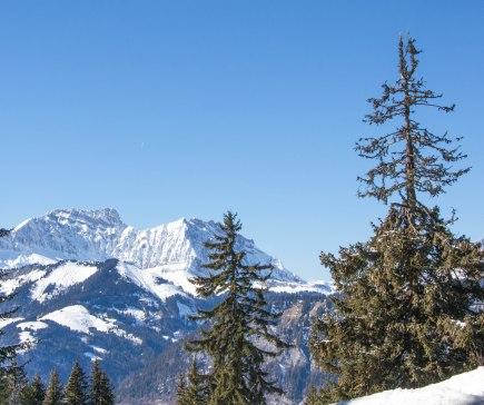 Po lewej stronie szczyt l'Etale (2483 m).