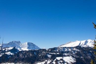 Po lewej stronie część południowa masywu Aravis, po prawej stronie zdjęcia część północna tegoż masywu. Pośrodku przełęcz Aravis.
