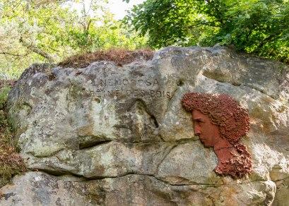 Dzieło rzeźbiarza Adama Salomona (1818-1881). Umieszczony w 1848 roku medalion na skale składa hołd legendzie napisanej przez poetę Alexisa Durand.