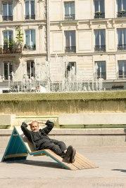 Popołudniowy wypoczynek na dziedzińcu przy merostwie Paryża.