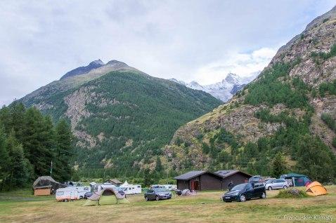 Pole namiotowe Randa Attermenzen. Góra w tle - Zinalrothorn (4 221 m).