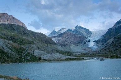 Dwa zbiorniki wodne - Turtmannsee (2177m). Widok na lodowiec Turtmanngletscher oraz na szczyt Stierberg (3507m). Po lewej stronie zdjecia widoczne schronisko Turtmannhütte.