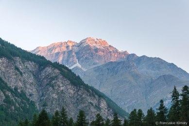 Powrót na pole namiotowe. Widok na Gross Kastel i Bodmen po prawej stronie oraz na szczyt Brunegghorn (3833m).