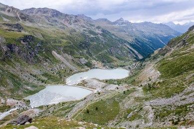 W drodze powrotnej widok na dwa zbiorniki wodne i dolinę Turtmanntal schodząc ze schroniska Turtmannhütte.