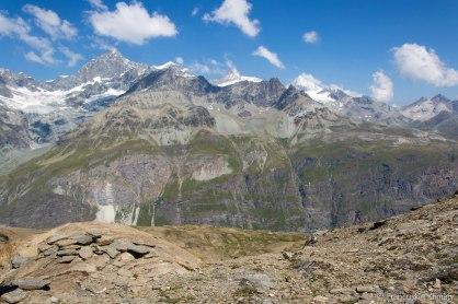 Zbliżając się do schroniska Hörnlihütte widok na szczyt Dent Blanche (4357 m), Pointe de Zinal - (3789 m), Ober Gabelhorn (4063 m), Unter Gabelhorn (3392 m).