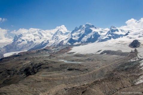 Masyw Monte Rosa (z najwyższym szczytem Szwajcarii - Dufourspitze 4634 m) obok szczyt Lyskamm - 4527 m, Breithorn - 4164 m oraz Klein Matterhorn - 3883 m.