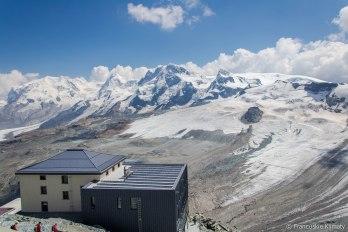 Schronisko Hörnlihütte. Masyw Monte Rosa (z najwyższym szczytem Szwajcarii - Dufourspitze 4634 m) obok szczyt Lyskamm - 4527 m, Breithorn - 4164 m oraz Klein Matterhorn - 3883 m.