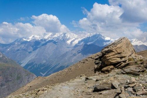 Widok w stronę doliny Zermatt na łańcuch górski - Dom de Mischabel (4545 m), Täschhorn (4491 m), Alphubel (4206 m).