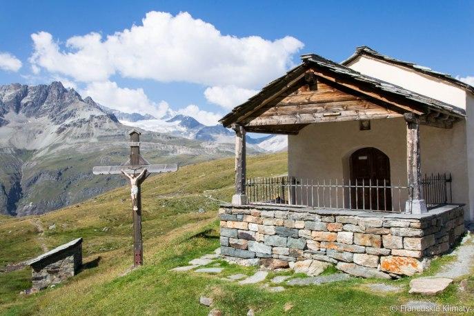 """Kaplica """"Maria zum Schnee"""" znajdująca się przy stacji narciarskiej Schwarzsee i jeziorze o tej samej nazwie (2552 m)."""