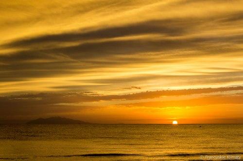 Wschód słońca na polu namiotowym.