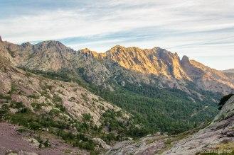 Łańcuch górski u podnóża Asco - ze szczytem a Muvrella i przełęczą Bocca di Stagnu po lewej stronie.