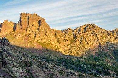Punta Stranciacone (2151 m) po lewej stronie, po prawej Punta Culaghia (2034 m).