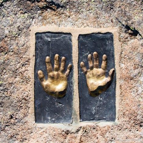 Dzieło włoskiego rzeźbiarza (Claudio Parmiggiani) umieszczone w skale.