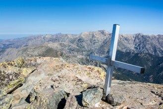 Na szczycie - widok na północ (Monte Rotondo oraz Paglia Orba widoczna w tle, po lewej stronie).