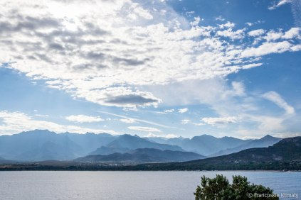 W tle łańcuch górski Monte Cinto widziany z cytadeli Calvi.