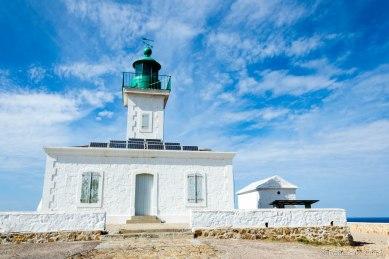 Latarnia morska La Pietra (1857 r.) jest 13-sto metrową wieżą z zieloną laterną. Niesie białe i zielone światło na 15 mil, 3 błyski co 12 sekund.