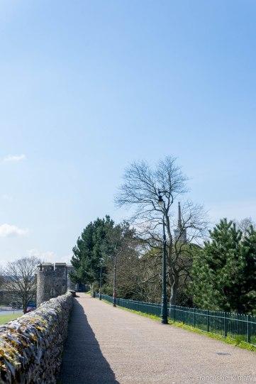 Fortyfikacja centrum Canterbury prowadząca do ruin zamku.