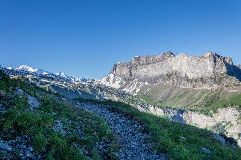 Zbliżając się do schroniska Grenairon moim oczom ukazuje się po raz pierwszy masyw gór Fiz oraz część masywu Mont-Blanc wraz z głównym szczytem.