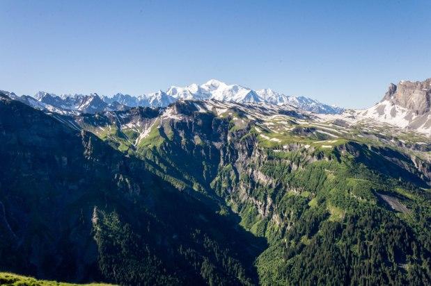 Na pierwszym planie Cirque des Fonts, Col des Chaux oraz grań prowadzącaprzez Tête de Villy oraz Tête de Moëde do Col d'Anterne. Na drugim planie masyw Aiguilles Rouges ze szczytem Aiguille du Belvédère. W tle masyw Mont-Blanc.