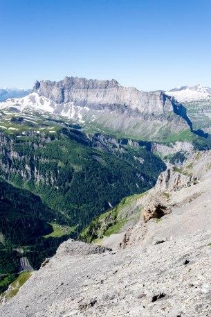 Wschodnia sciana masywu Fiz ze szczytami - Pointe de Sales, Pointe de Chardonnière, Tête à l'Âne i Pointe d'Anterne.