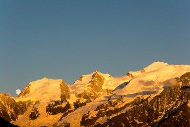 Mont Blanc du Tacul, mont Maudit i mont Blanc o zachodzie słońca.