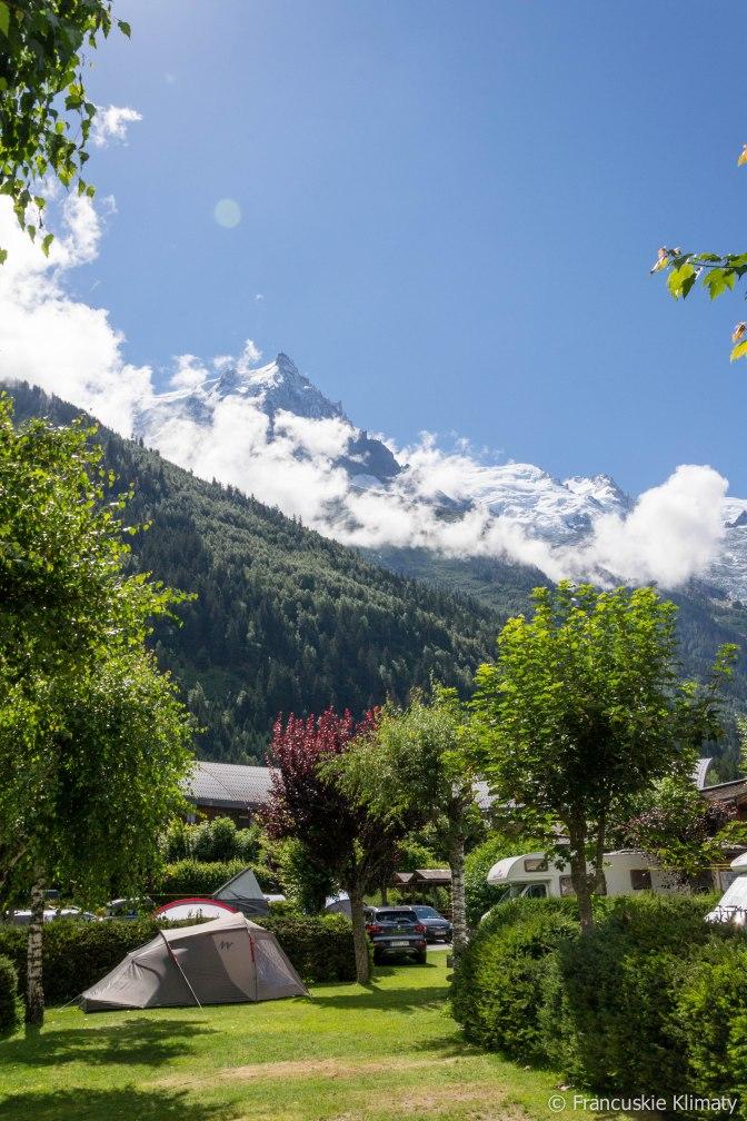 Widok na masyw Mont-Blanc z pola namiotowego w Chamonix.
