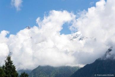 Aiguille du Midi w chmurach. Po prawej Col du Midi.