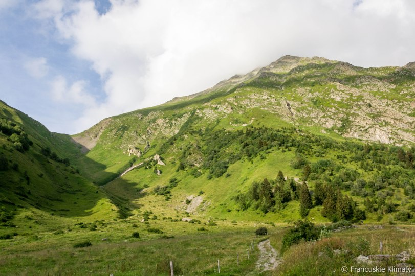 Spoglądając w tył na przełęcz i grań Tricot.