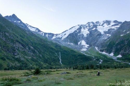 O poranku - od lewej Aiguille de Bionnassay (4052 m), Col de Miage (na którym znajduje się schronisko Durier ) i wierzchołki Dômes de Miage.