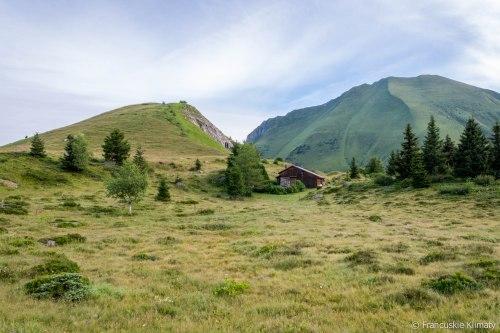 Po lewej stronie Mont Truc (1811 m), po prawej Mont Vorassay (2299 m).
