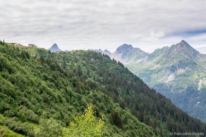 Po lewej stronie schronisko Tré-la-Tête. W tle od lewej Aiguille de la Pennaz (2688 m), Roches Franches, Tête de la Cicle (2552 m), col de la Fenêtre i Aiguille de la Roselette (2384 m).
