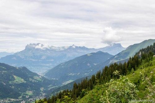 Chmury nad masywem Fiz. Na lewo od Fiz - Désert de Platé oraz masyw z Aiguille de Varan (2544 m), Aiguille Rouge (2636 m) i Tête de Colonney (2692 m).