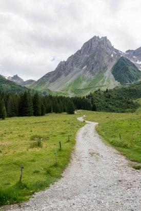 Idąc w stronę la Balme z widokiem na Aiguilles de la Pennaz (2688 m).