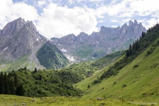 Po lewej stronie Aiguilles de la Pennaz, grań i grupa szczytów Roches Franches prowadzące do szczytu Tête de la Cicle (2552 m).