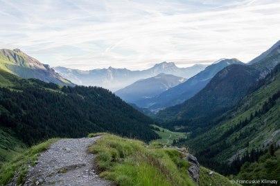Masyw Fiz i po prawej w tle wynurza się Mont Buet (3096 m).