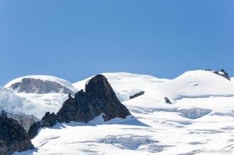 Za skalnym wzgórzem - mont Blanc.