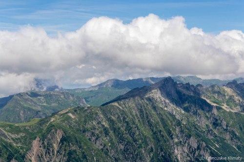 Le Brévent po prawej stronie, a po lewej dostrzec można schronisko Bel Lachat (2136 m).