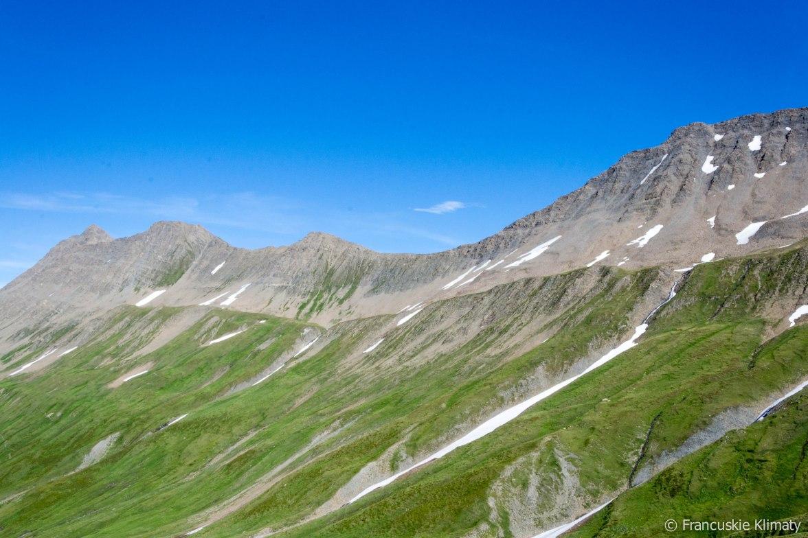 Stojąc na przełęczy Seigne po lewej stronie mamy widok na masyw Mont-Blanc, po prawej ten oto widok - Mont Léchaud (2805 m), Mont Percé (2844 m), Mont Fortin (2811 m).