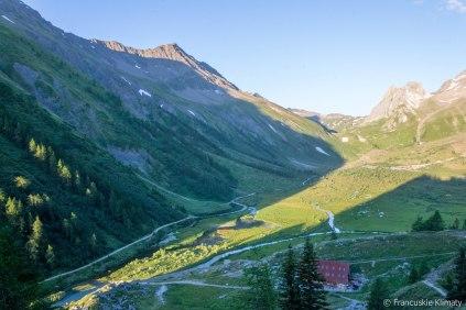 Dolina Veni, po prawej stronie przełęcz Seigne (col de la Seigne).