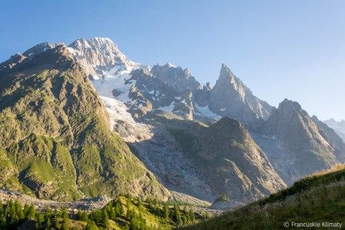 Mont Blanc de Courmayeur (4748 m), po prawej Aiguille Noire de Peuterey (3772m).