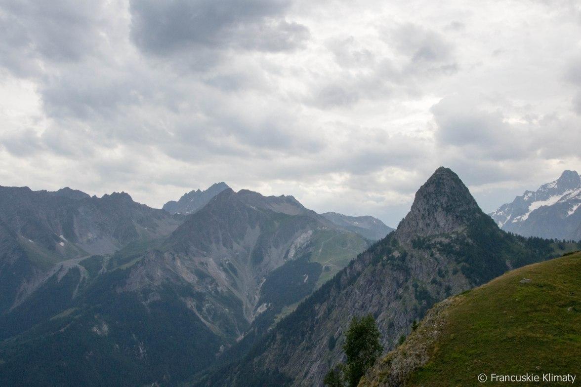 Na pierwszym planie Mont Chétif (2343 m). Widok w pobliżu schroniska Bertone.