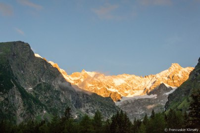 Pointe Kurz po lewej (3680 m), po prawej - Tour Noir (3837 m). Pomiędzy szczytami - Col d'Argentière.