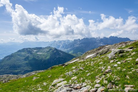Po lewej - Pointe Noire de Pormenaz (2323 m), w tle masyw Fiz.