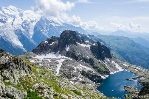 Lac (jezioro) Cornu i szczyt Aiguille de Charlanon (2549 m).