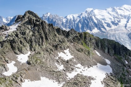 Dwóch wędrowców na śniegu i szczyt Aiguille Pourrie (2561 m).