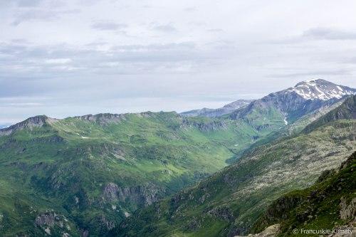 Grań prowadząca od Tête de Moëde (2459 m), Tête de Villy (2481 m), col des Chaux i Grenier de Villy (2806 m) do szczytu Mont Buet (3096 m).