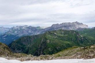 Pointe Noire de Pormenaz (2323 m), w tle masyw Fiz oraz Désert de Platé. Po lewej na ostatnim planie Pointe Percée (2750 m) - najwyższy szczyt masywu Aravis.